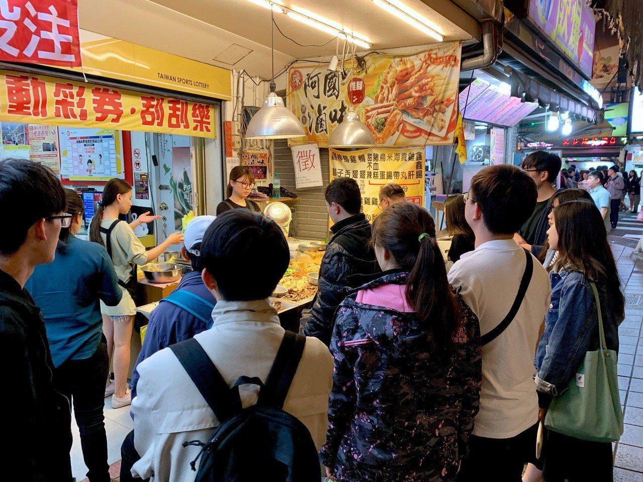 「阿國滷味」吸引民眾慕名而來。記者張芳瑜/攝影