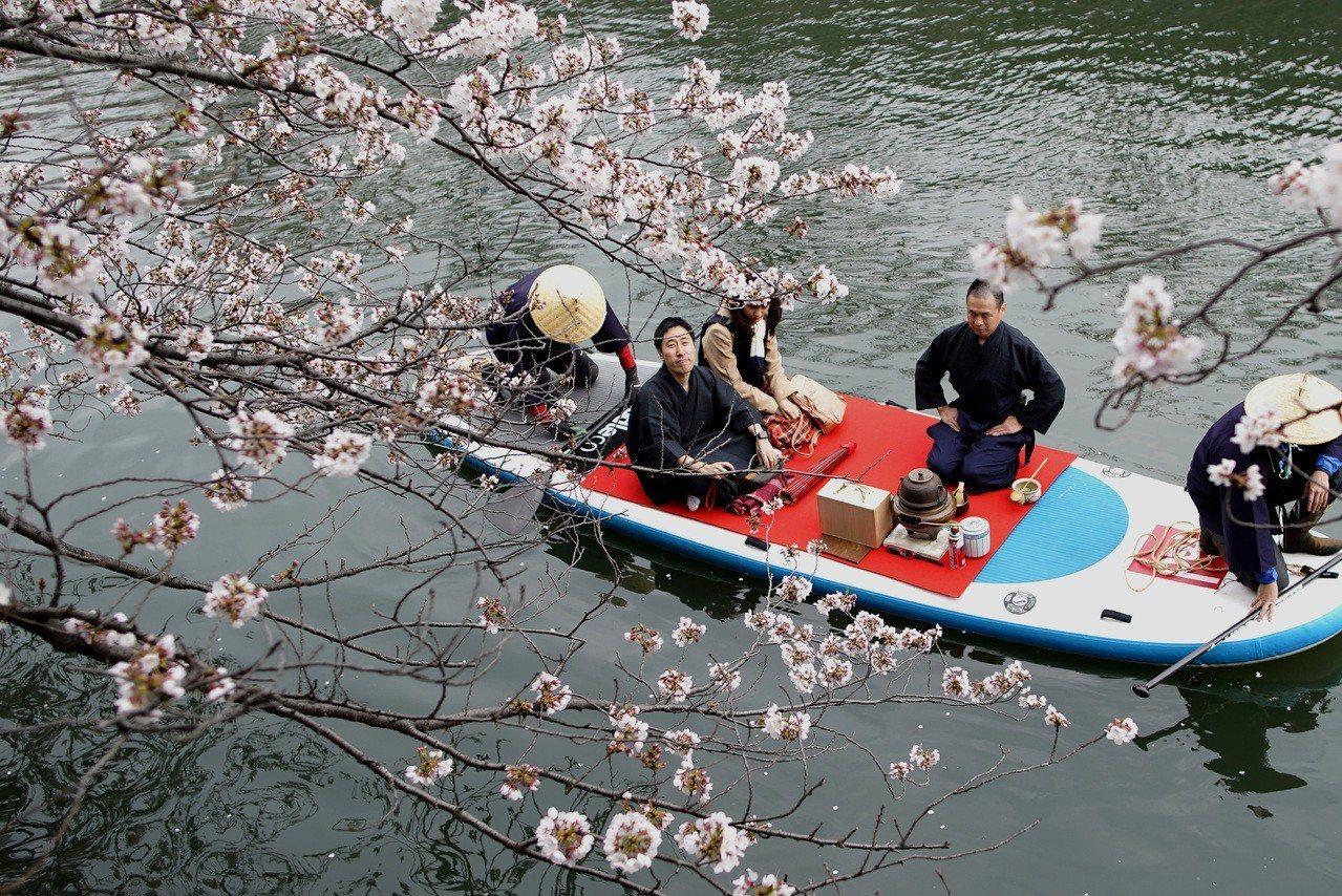 一對情侶在橫濱搭船,享受邊喝茶邊賞櫻的樂趣。美聯社