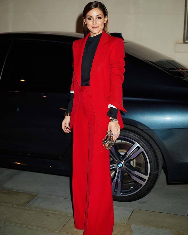 奧莉維亞巴勒莫今年初也穿過紅色西裝。圖/摘自IG