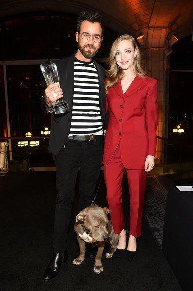 亞曼達賽佛瑞近日出席公益活動時,身穿PRADA紅色西裝褲裝,帶點酒紅調的顏色搭配...