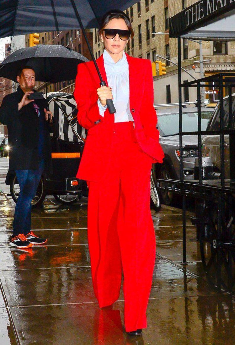維多利亞貝克漢今年初也穿過紅色西裝。圖/摘自Pinterest