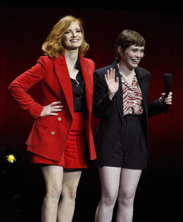 潔西卡雀絲坦(左)以倫敦設計師Bella Freud的鮮紅色絨布直條紋壓紋西裝搭...