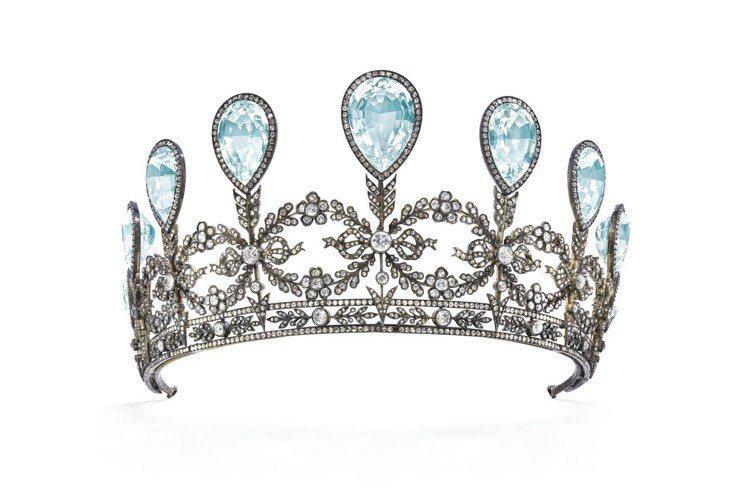 曾經是梅克倫堡施威林大公家族藏品的訂製冠冕,共鑲嵌9顆海水藍寶石。圖/佳士得提供