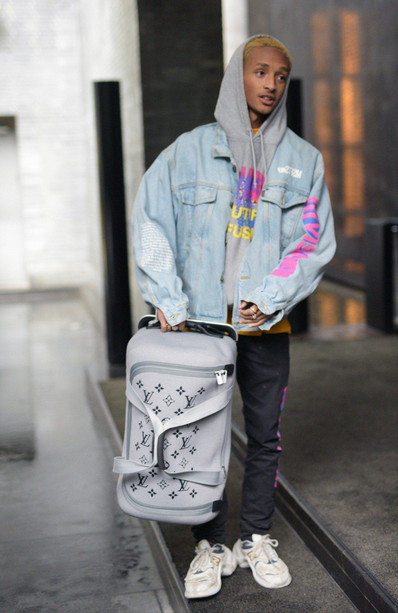 傑登.史密斯潮拎Horizon Soft系列行李箱。圖/LV提供