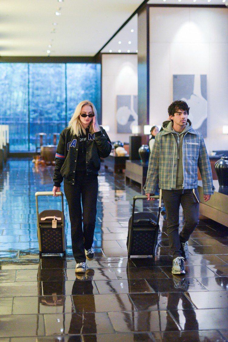 情侶檔蘇菲.特納和喬.強納斯拉著Horizon Soft行李箱放閃。圖/LV提供