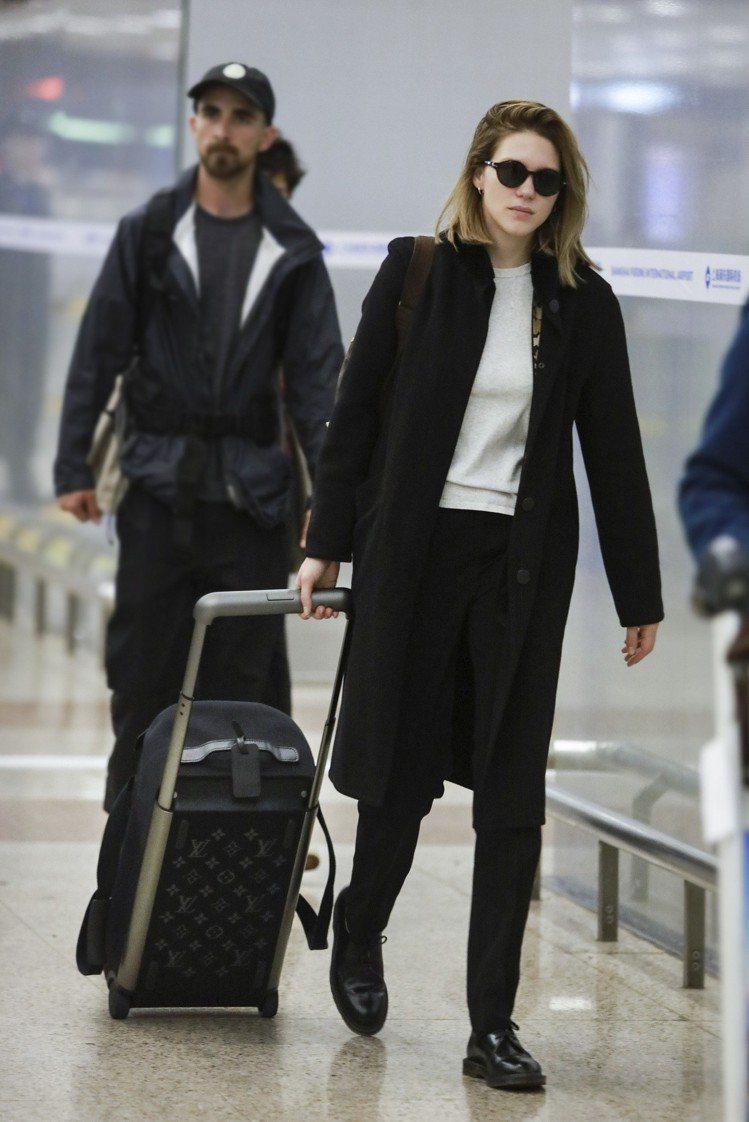 蕾雅.瑟杜一身輕便黑白簡約色,搭襯Horizon Soft系列行李箱。圖/LV提...