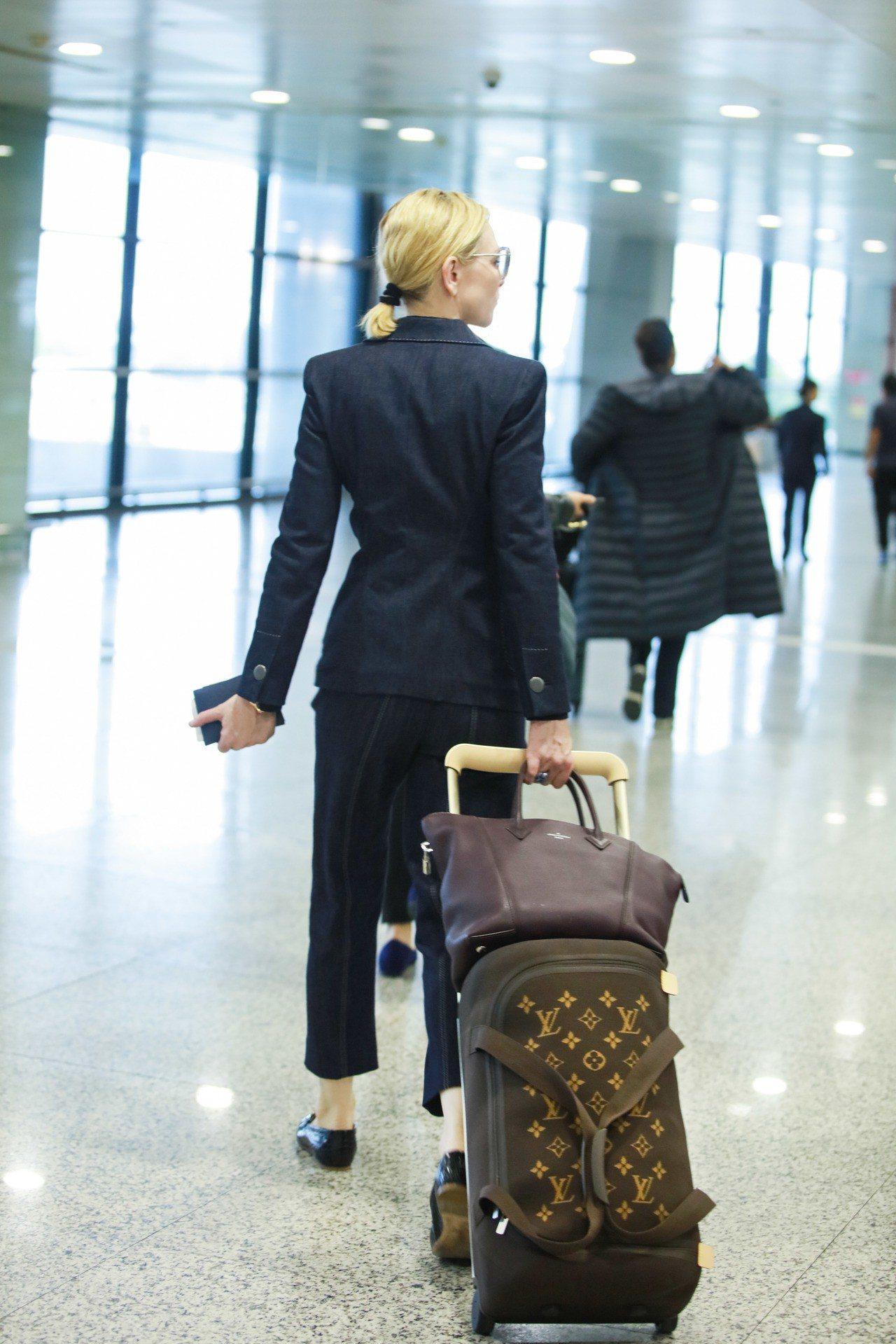 凱特.布蘭琪僅是拉著行李箱,都散發走紅毯的巨星氣場。圖/LV提供