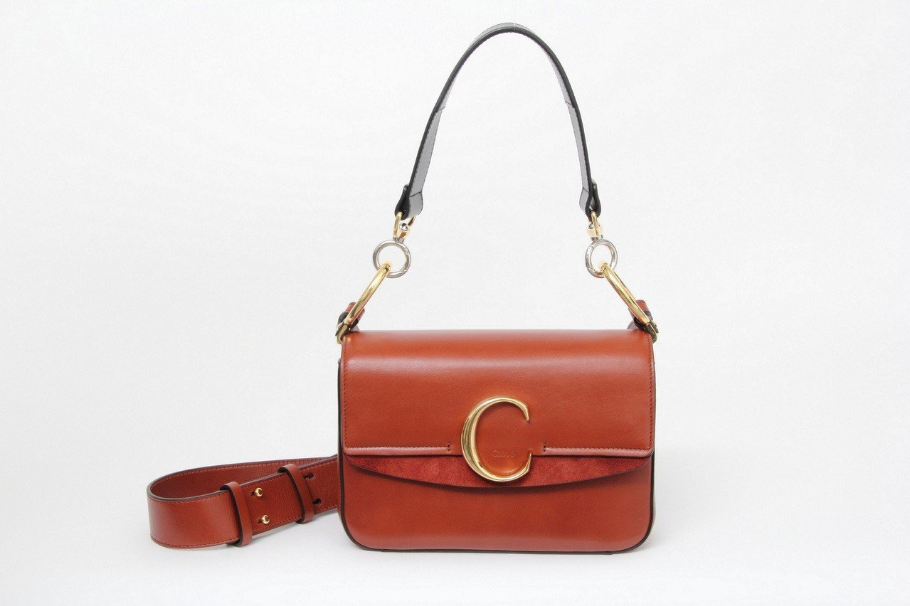 張鈞甯款咖啡色肩背手提兩用包,售價56,500元。圖/Chloé提供