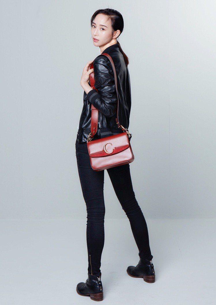 張鈞甯以Chloé C肩背手提兩用包搭襯一身黑色勁裝。圖/取自臉書
