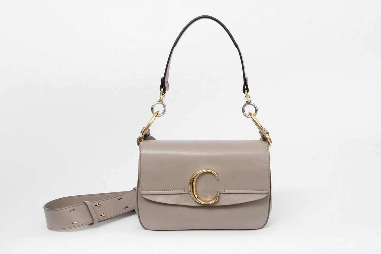大象灰肩背手提兩用包,售價56,500元。圖/Chloé提供