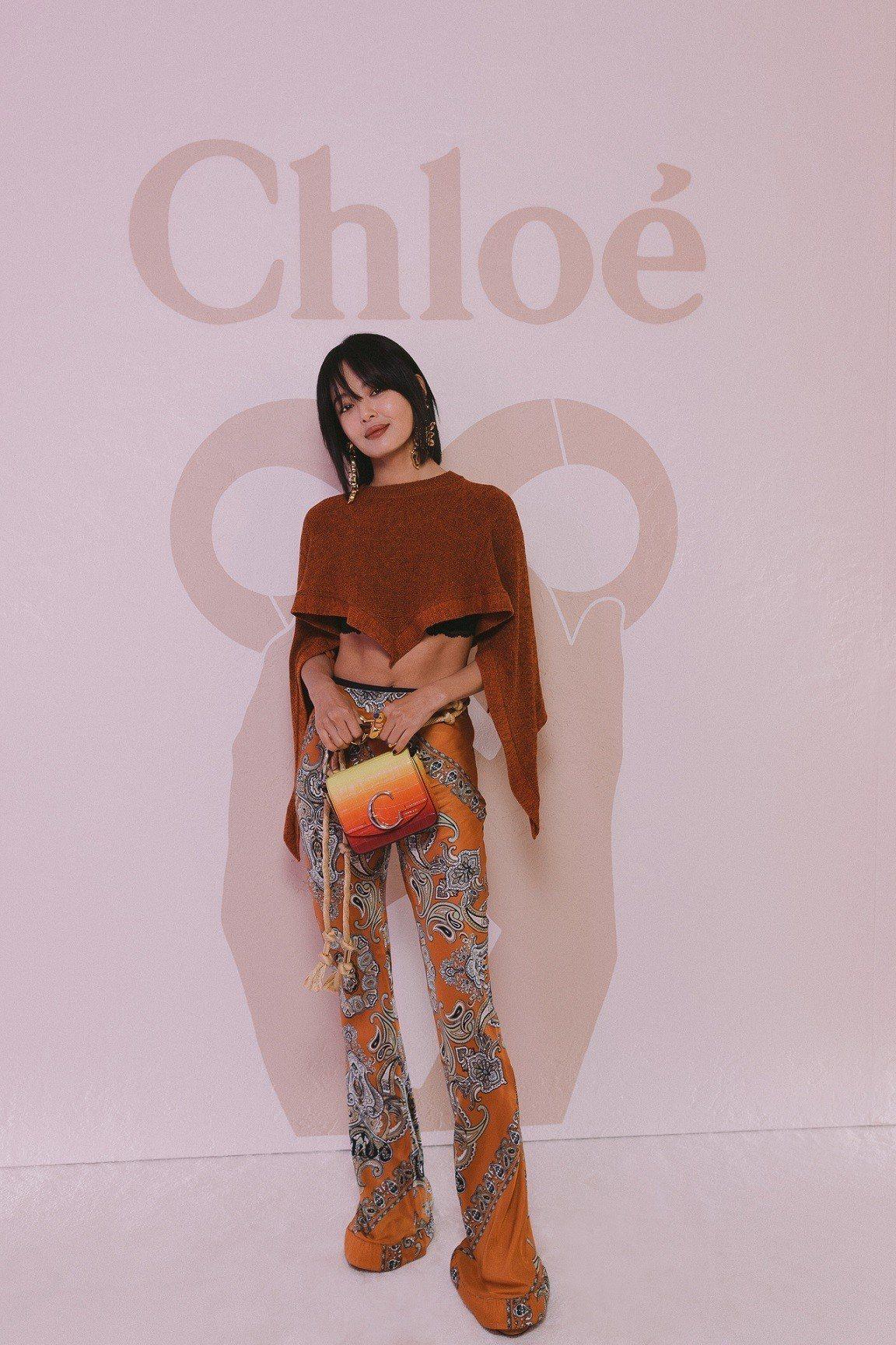 辛芷蕾在秀上演繹漸層夕陽色調的鱷魚皮壓紋Mini Chloé C,售價52,5...