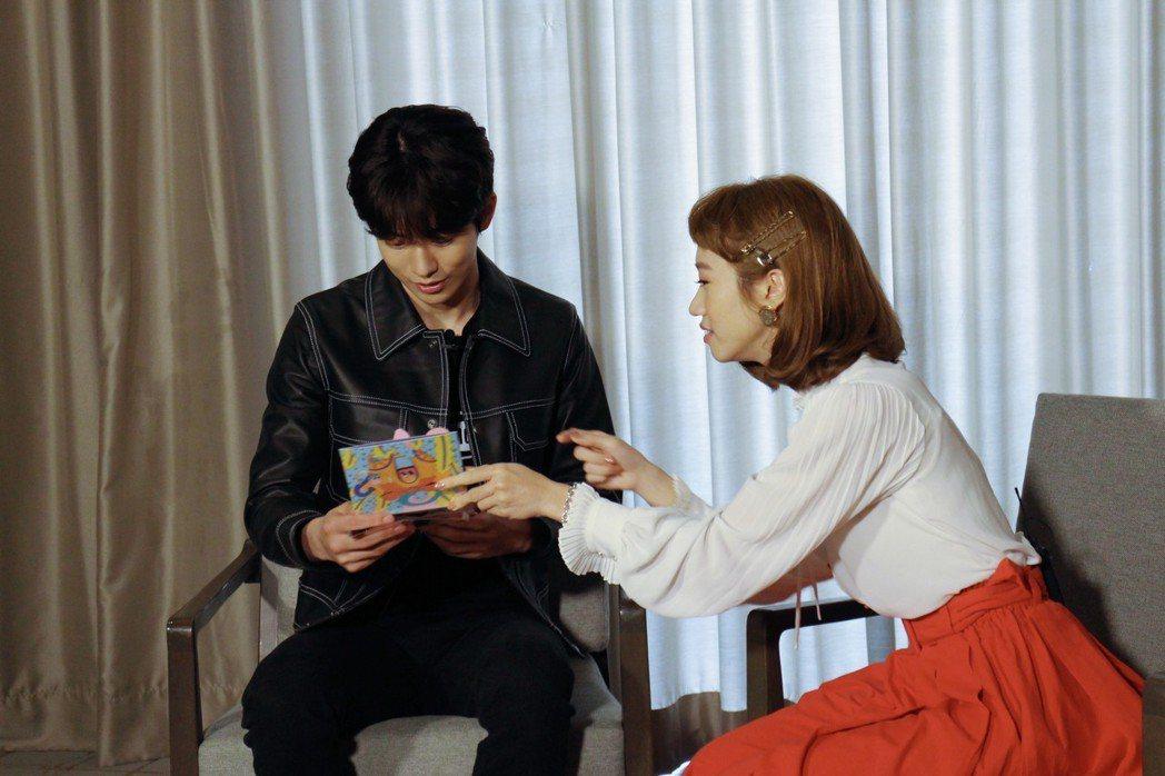Lulu扮成金惠子訪問南柱赫。圖╱MTV我愛偶像提供