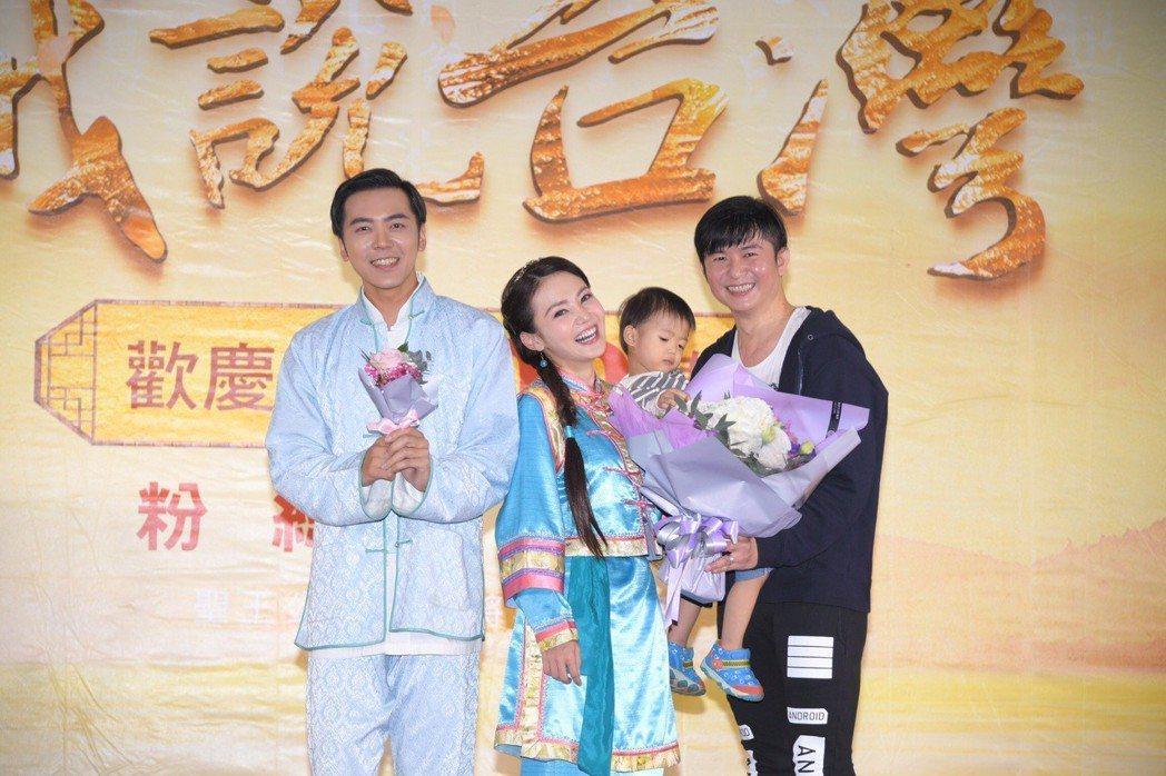 陳子玄(左二)出席「戲說台灣」記者會,老公帶兒子來探班  圖/三立提供