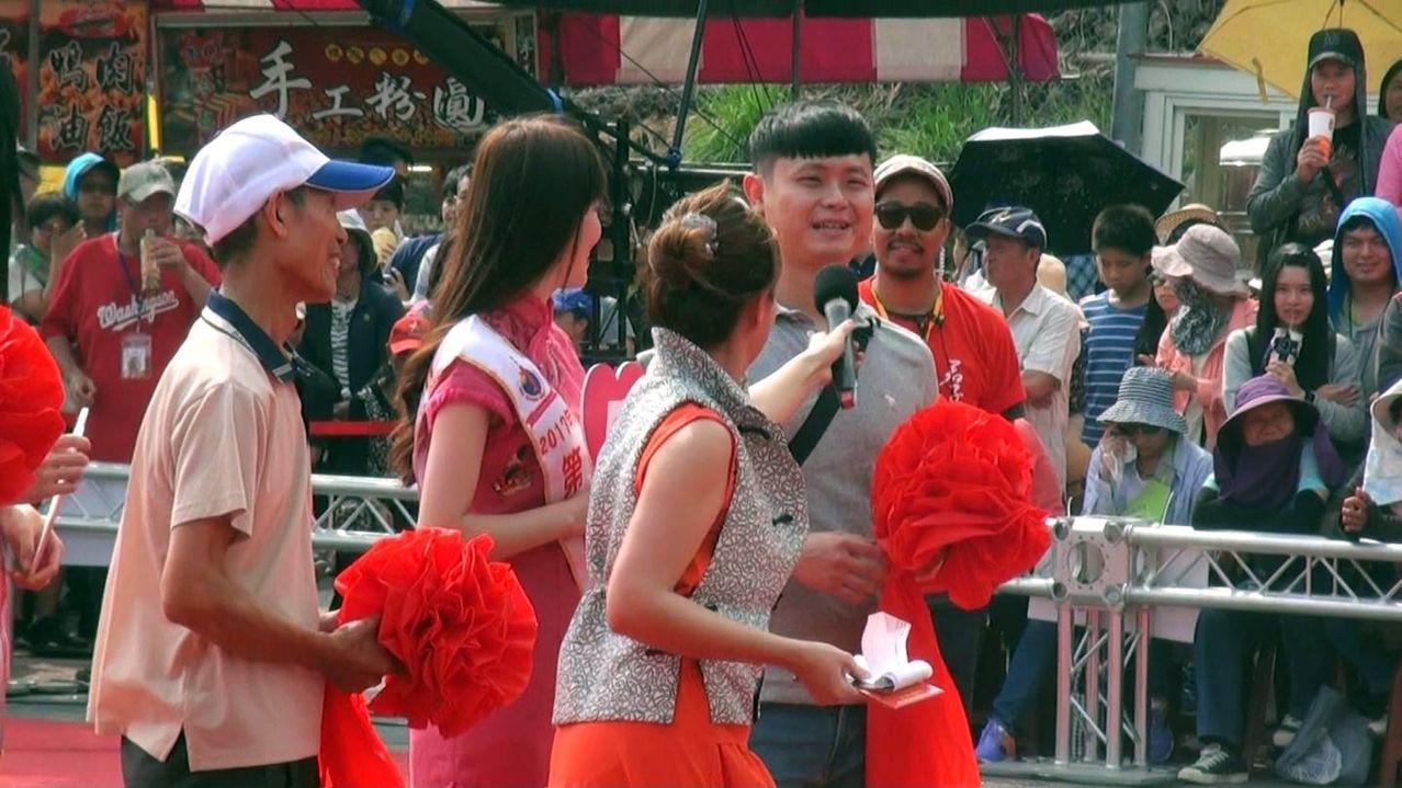 林先生(右)許願時說,希望把女朋友娶回家,意外炒熱現場。記者王昭月/攝影