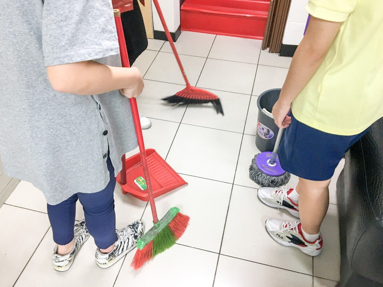 金甌女中5名小志工今天下午到台北市大同分局民族路派出所,幫忙掃地、拖地、擦玻璃及...