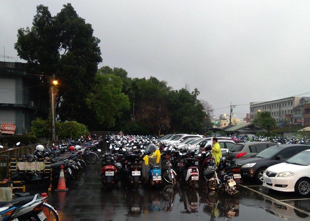 花蓮志學車站每逢假日常前停滿汽機車。圖/取自臉書花蓮爆料王