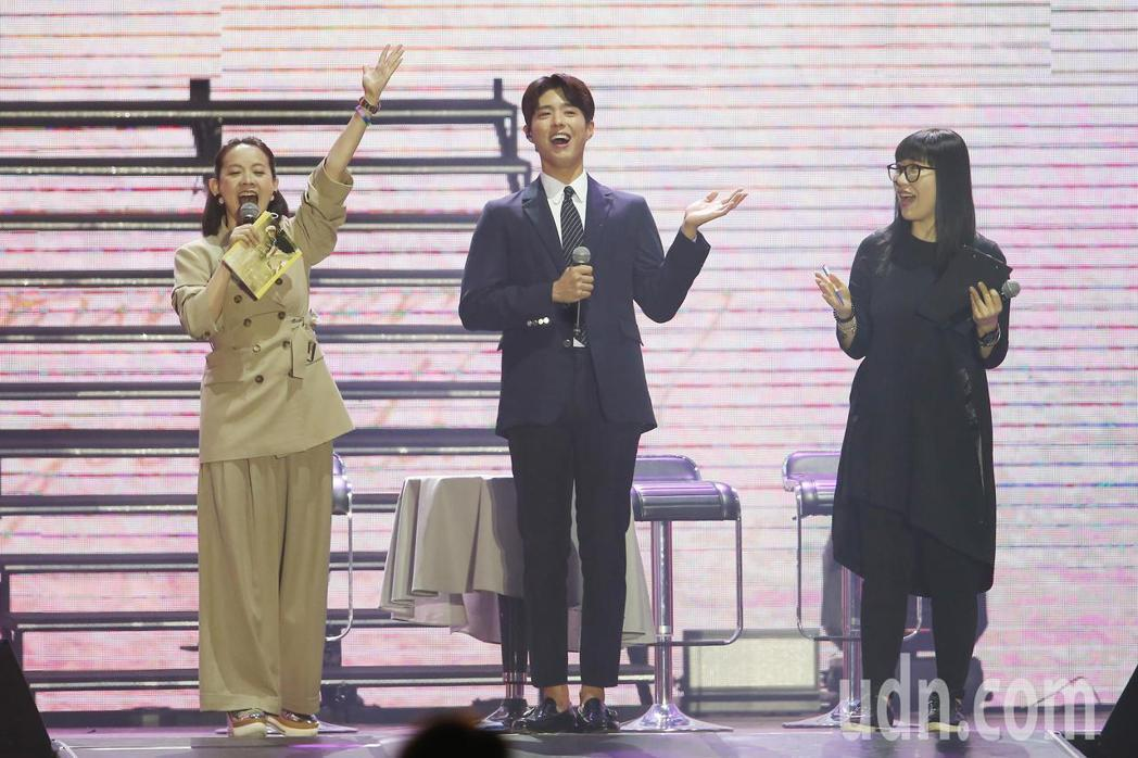 南韓藝人朴寶劍(中)晚間舉辦粉絲見面會,在主持人曾寶儀(左)的帶動下,他與粉絲們