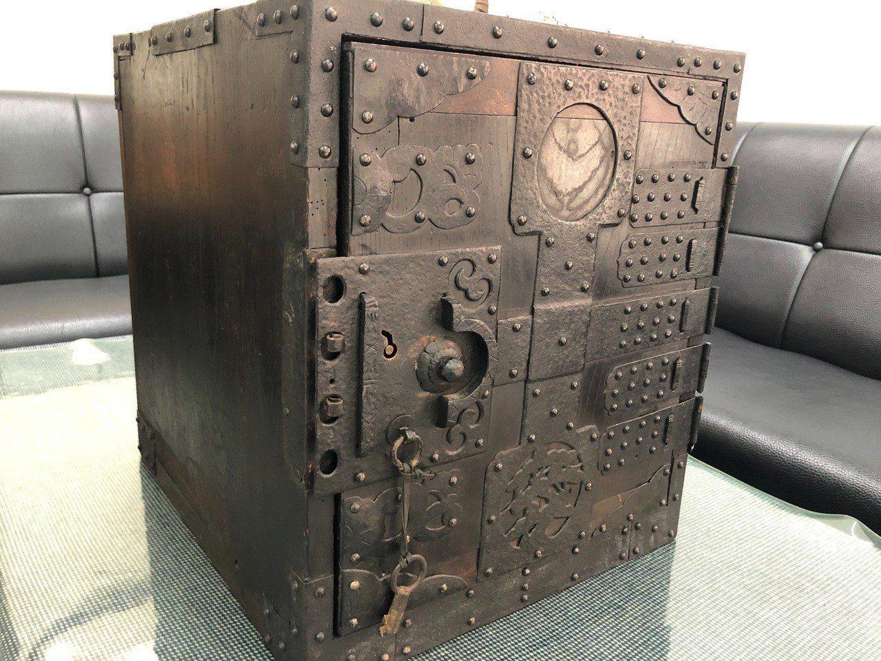 保險箱以木板蒙上鐵皮製成,且沒有密碼鎖而是以特殊鑰匙和卡榫設計,相當罕見。記者江...