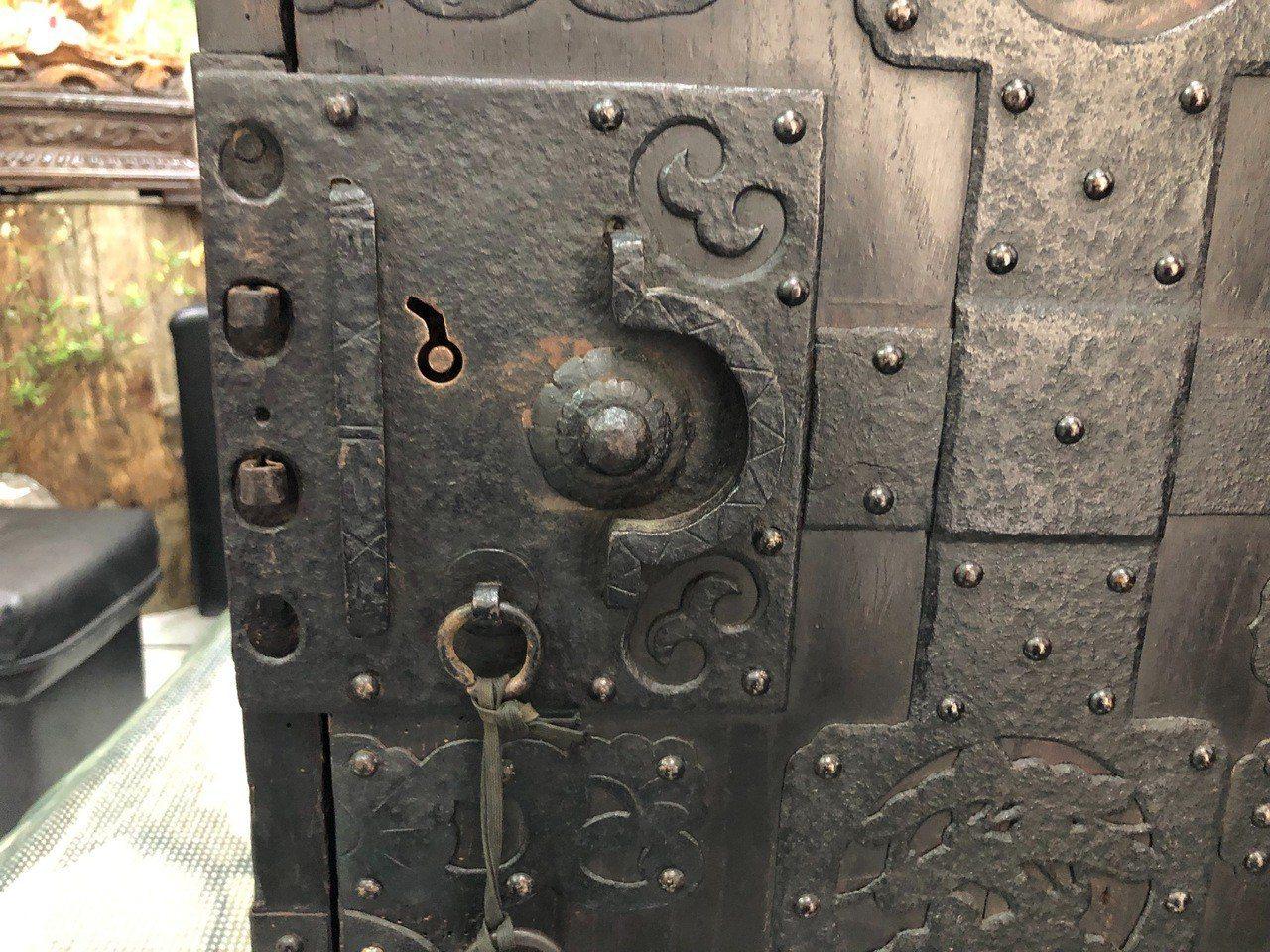 保險箱以木板蒙上鐵皮製成,沒有密碼鎖而是以特殊鑰匙和卡榫設計,相當罕見。記者江良...