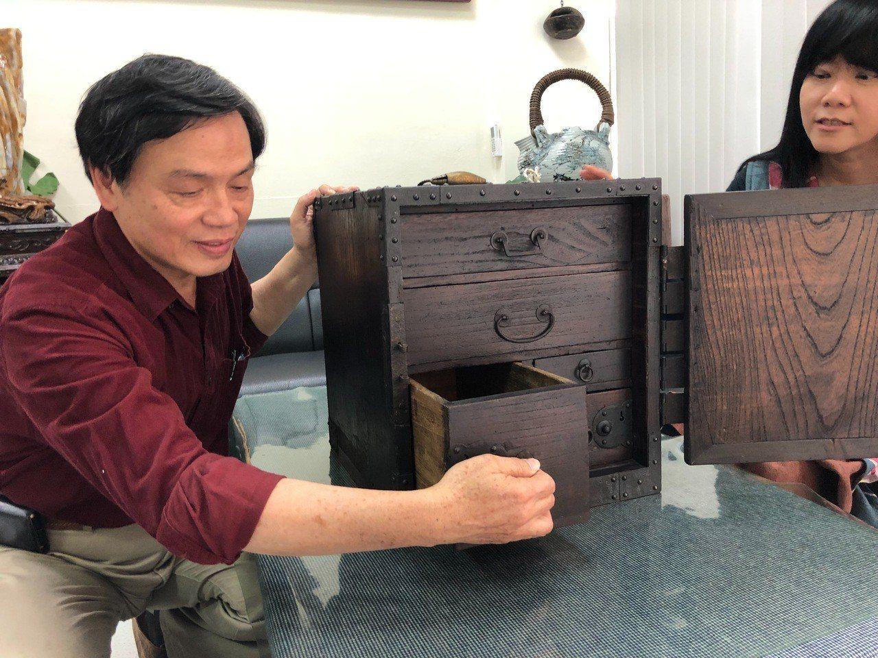 李淑娟(右)收藏木製保險箱保存良好,除了門鎖外裡面2個小抽屜還得專用鑰匙才能打開...