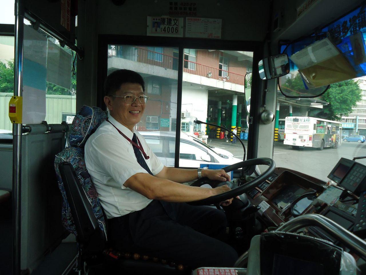 高雄市勞工局訓練就業中心大客車駕訓班學員順利找到工作。圖/高雄市勞工局提供