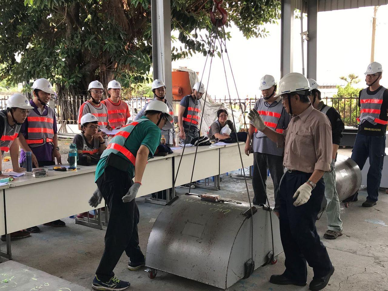 高雄市勞工局訓練就業中心吊掛操作班上課情形。圖/高雄市勞工局提供