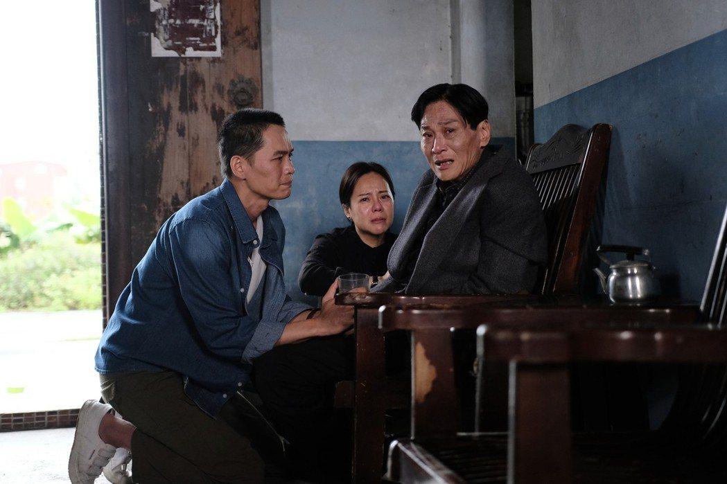 喜翔(右起)、黃錦雯、黃鐙輝演出「失父招領」。圖/華視提供