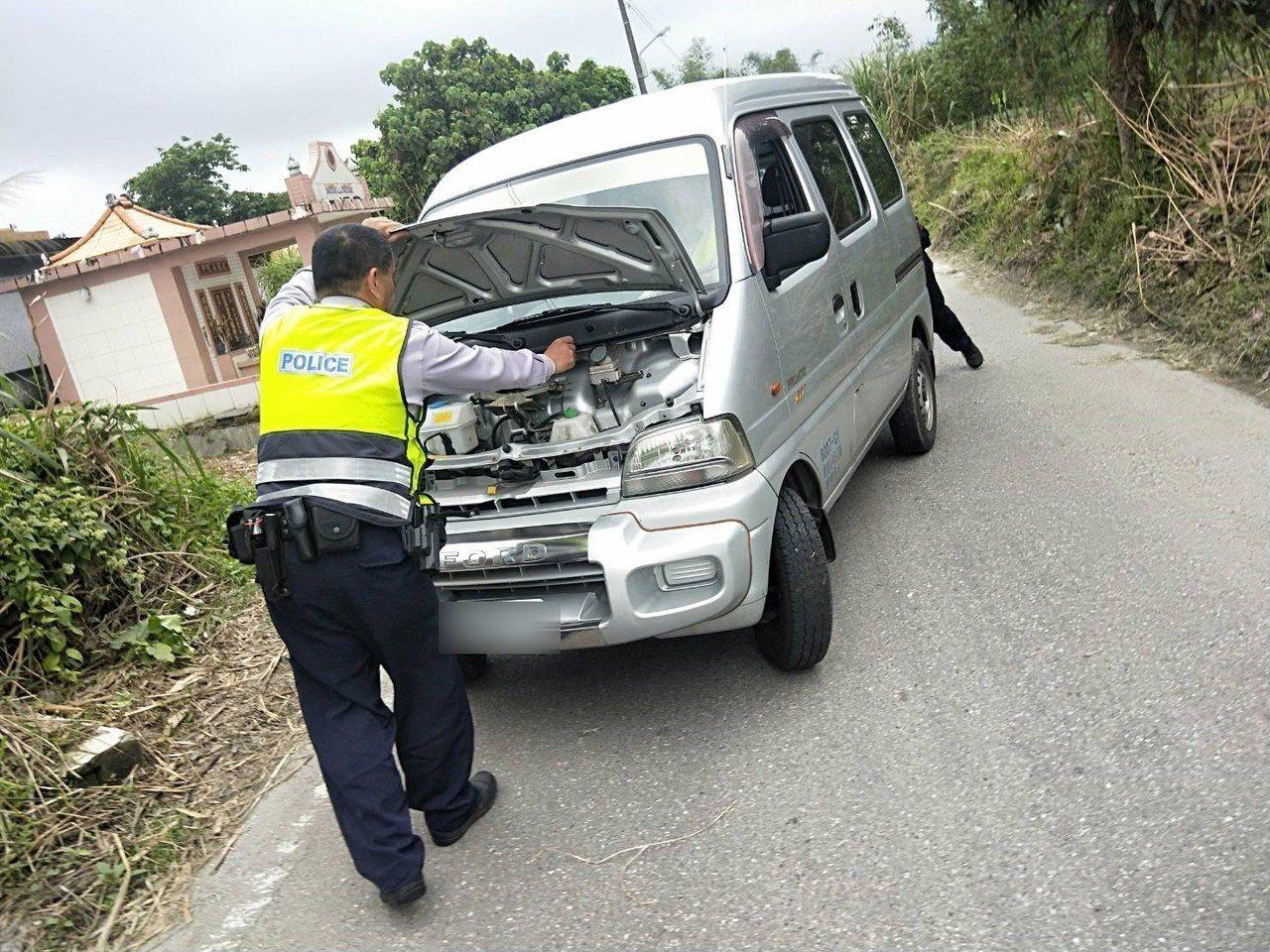 一名婦人昨天前往花蓮市佐倉公墓祭祖,不料離開時車輛在路中熄火,員警替民眾檢查車輛...