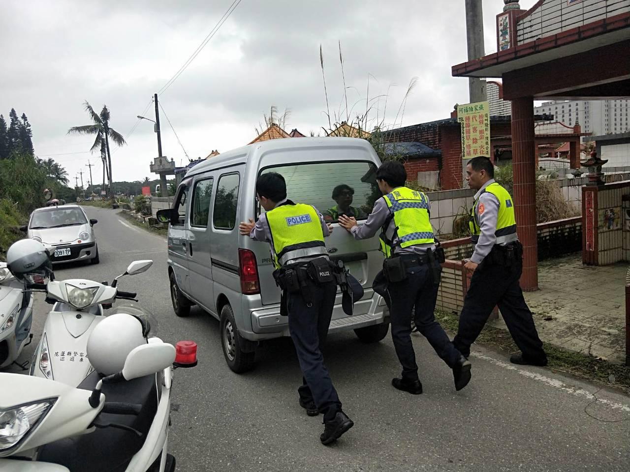 一名婦人昨天前往花蓮市佐倉公墓祭祖,不料離開時車輛在路中熄火,員警協助將拋錨車輛...
