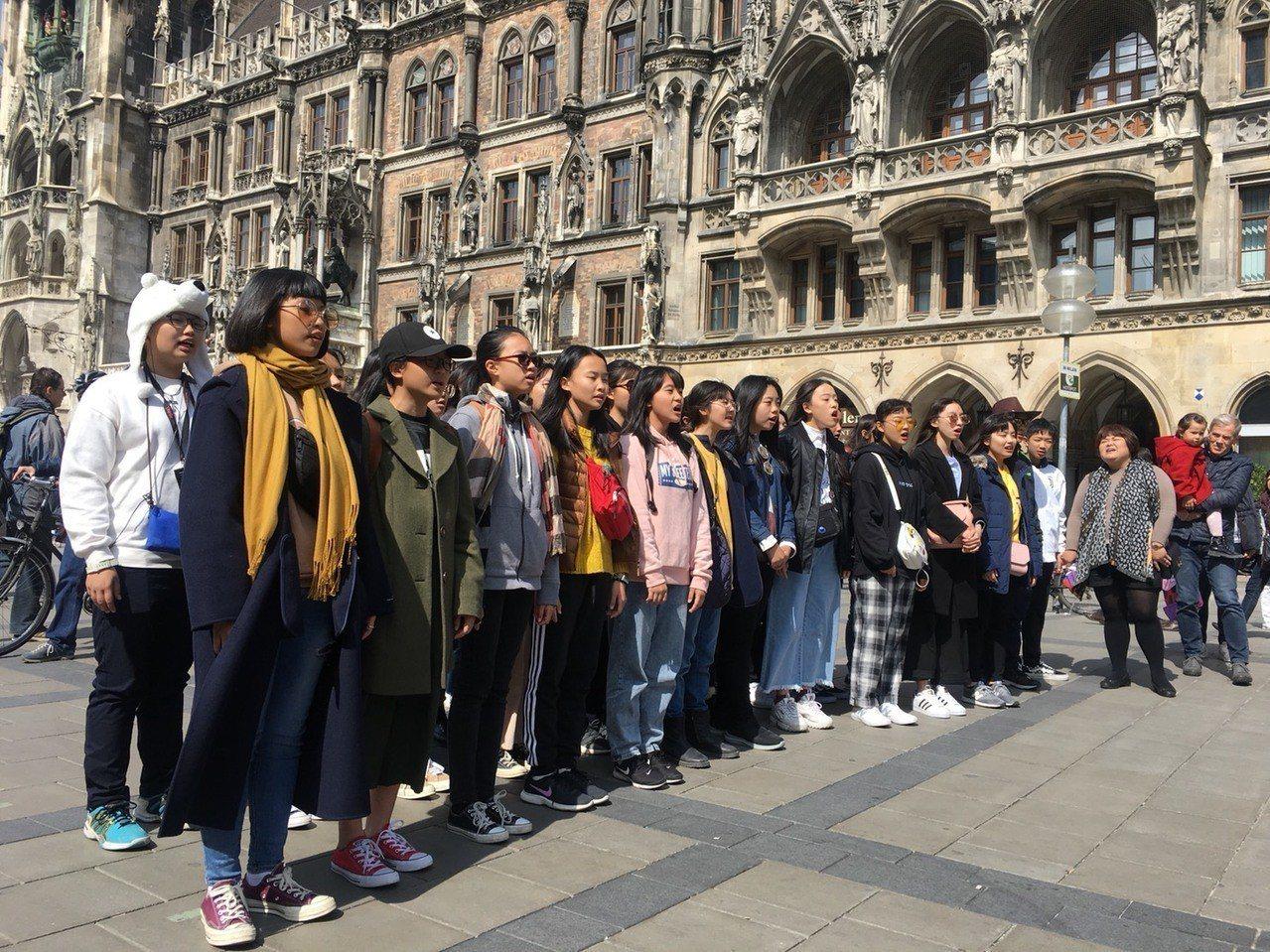 嘉義宏仁女中合唱團今天在國慕尼黑市政廳前快閃演出。圖/宏仁女中提供