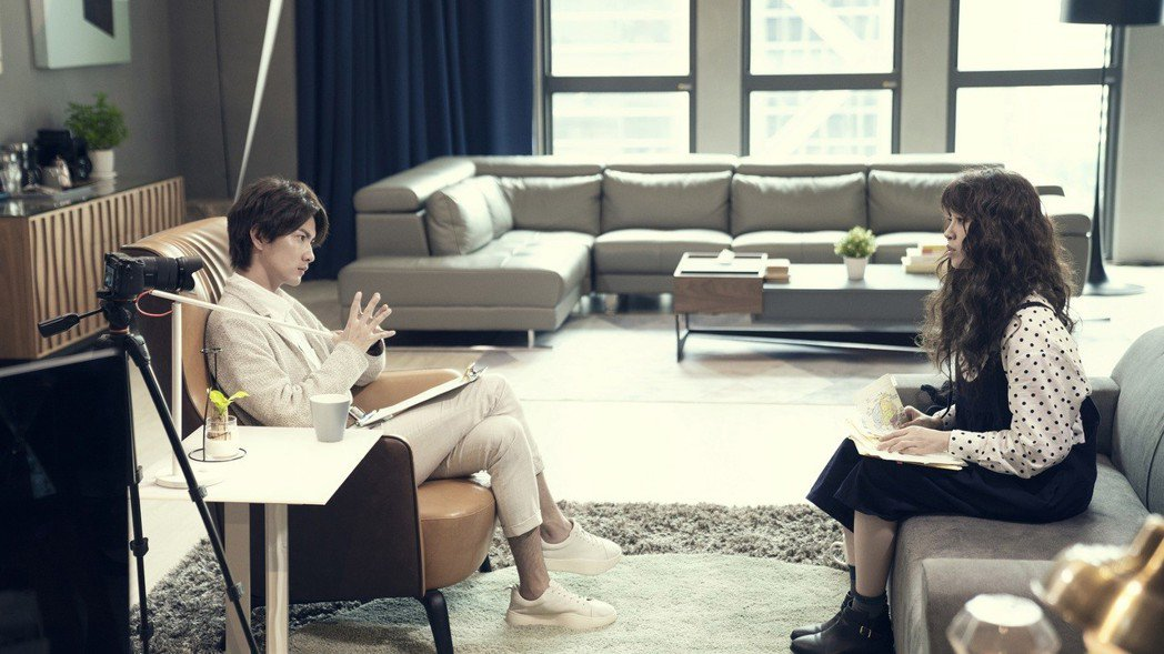 張捷(左)在劇中飾演歐陽妮妮的心理醫師。圖/麗象影業提供