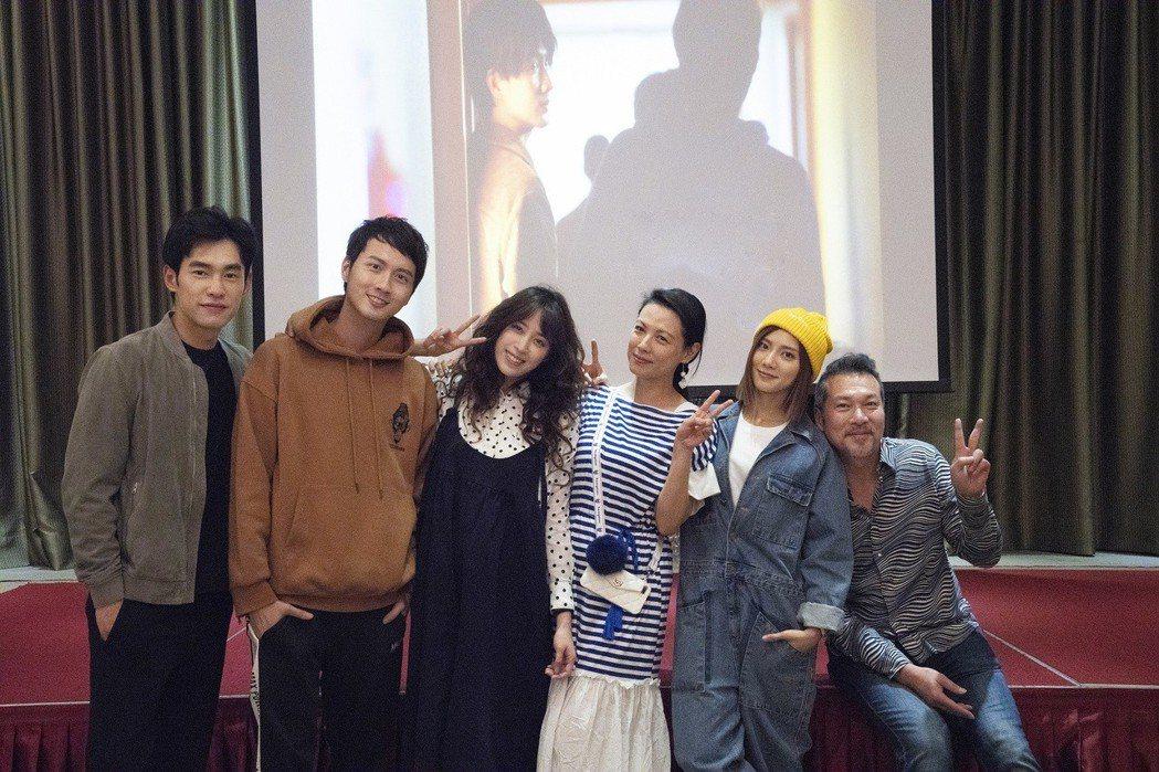 「腦波小姐」舉行殺青宴,主要演員張書豪(左起)張捷、歐陽妮妮、陳孝萱、蔡黃汝、黃...