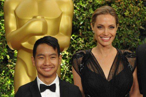 好萊塢影星安潔莉娜裘莉(Angelina Jolie)的長子,從柬埔寨收養的麥鐸斯(Maddox),今年17歲,將於秋天讀大學。裘莉最疼麥鐸斯,對於他即將展開人生新階段,裘莉告訴「時人」(PEOPL...