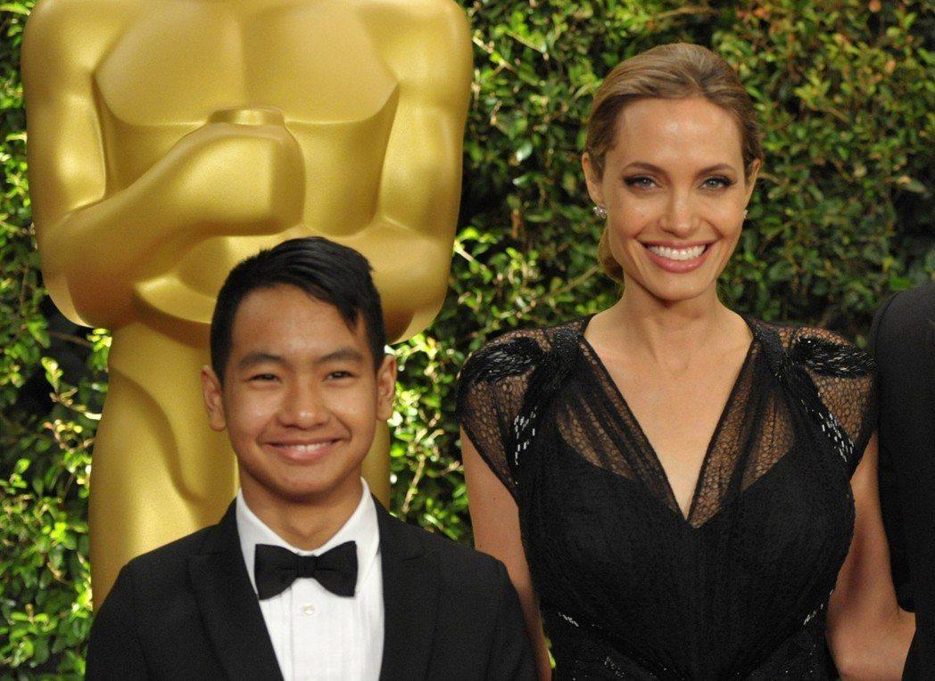 裘莉(右)與長子麥鐸斯(左)很親。照片攝於2013年。美聯社