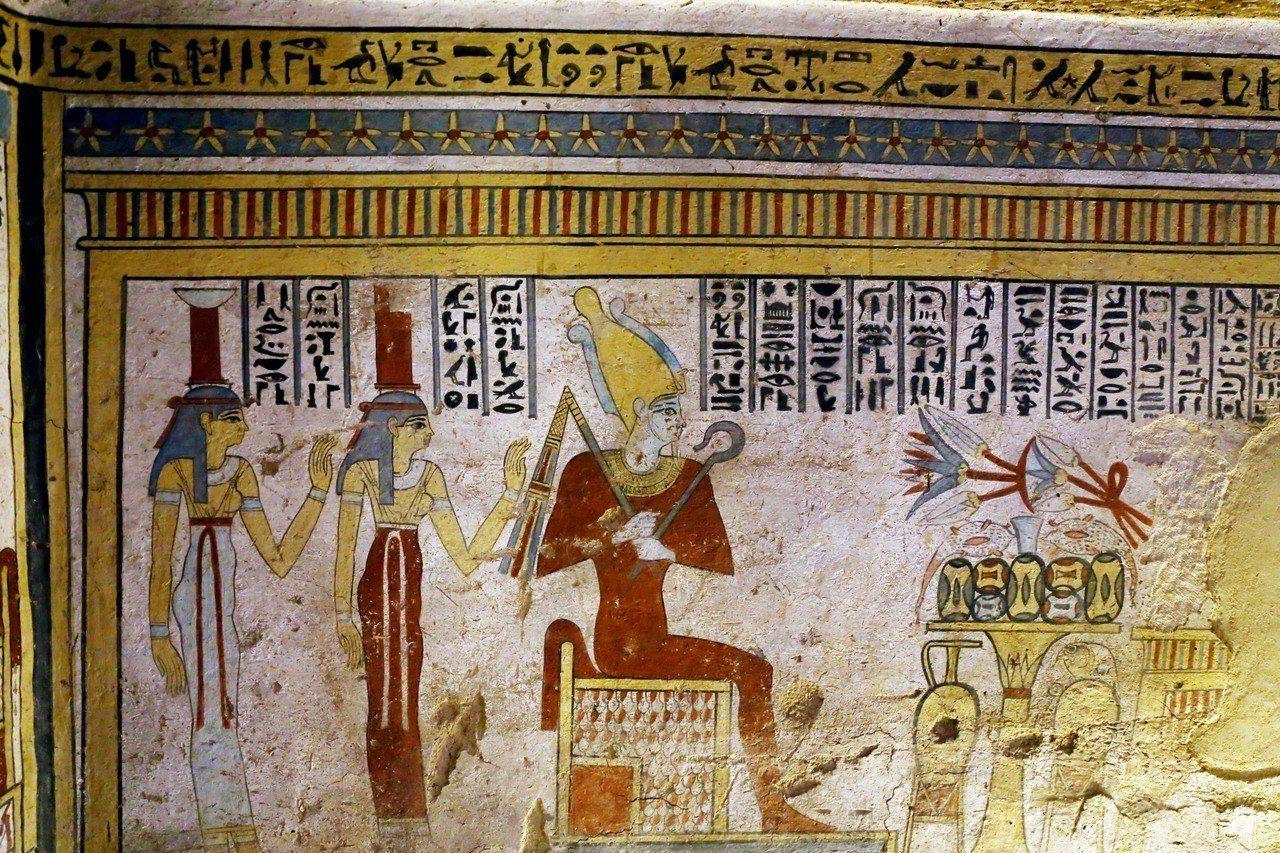 埃及當局在索哈傑省發現一座托勒密王朝時期古墓,牆上有色彩鮮豔的壁畫。(新華社)