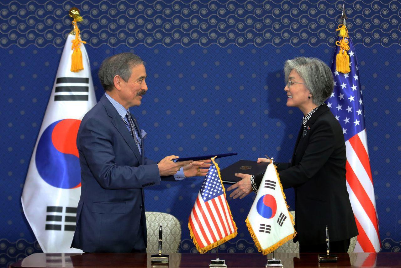 美國駐南韓大使哈里斯(左)與南韓外長康京和(右)換文。法新社