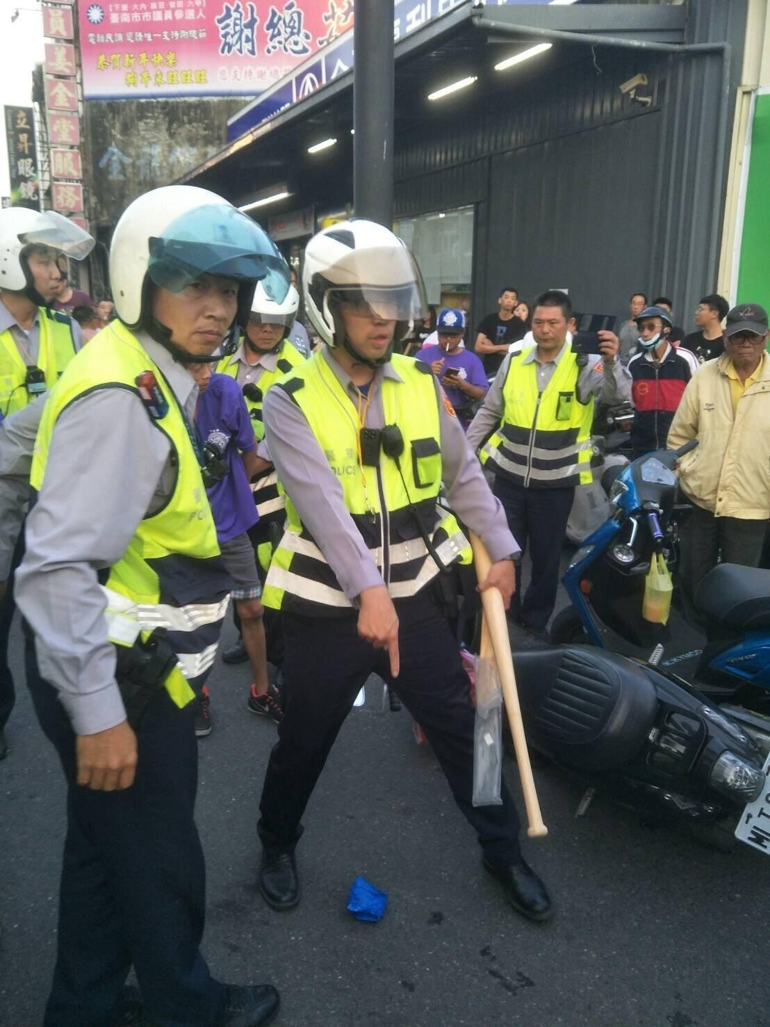 台南下營香遶境下午發生轎班和民眾衝突,警方快打部隊強力壓制。記者吳淑玲/翻攝