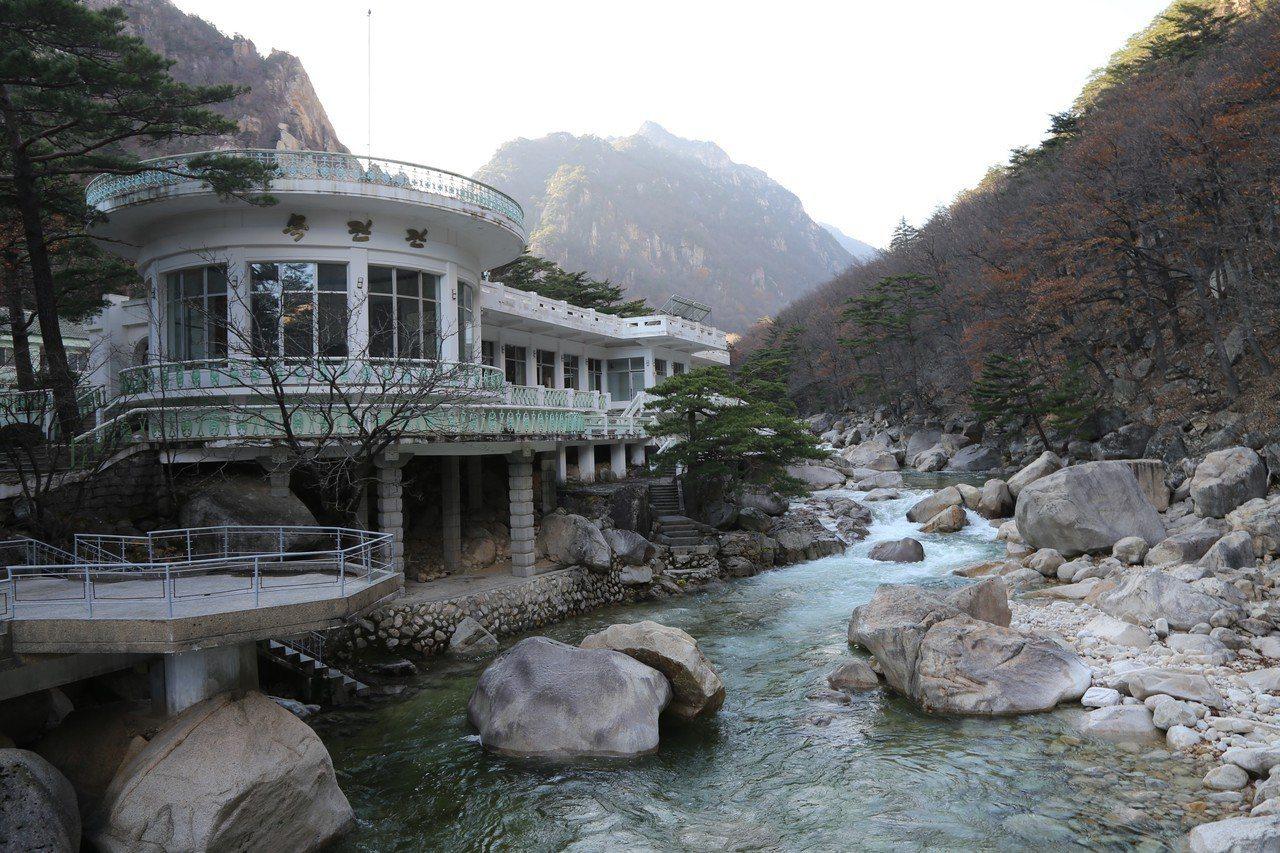 去年11月南北韓舉行金剛山旅遊啟動20周年紀念活動,圖為金剛山景區內的木蘭館。 ...