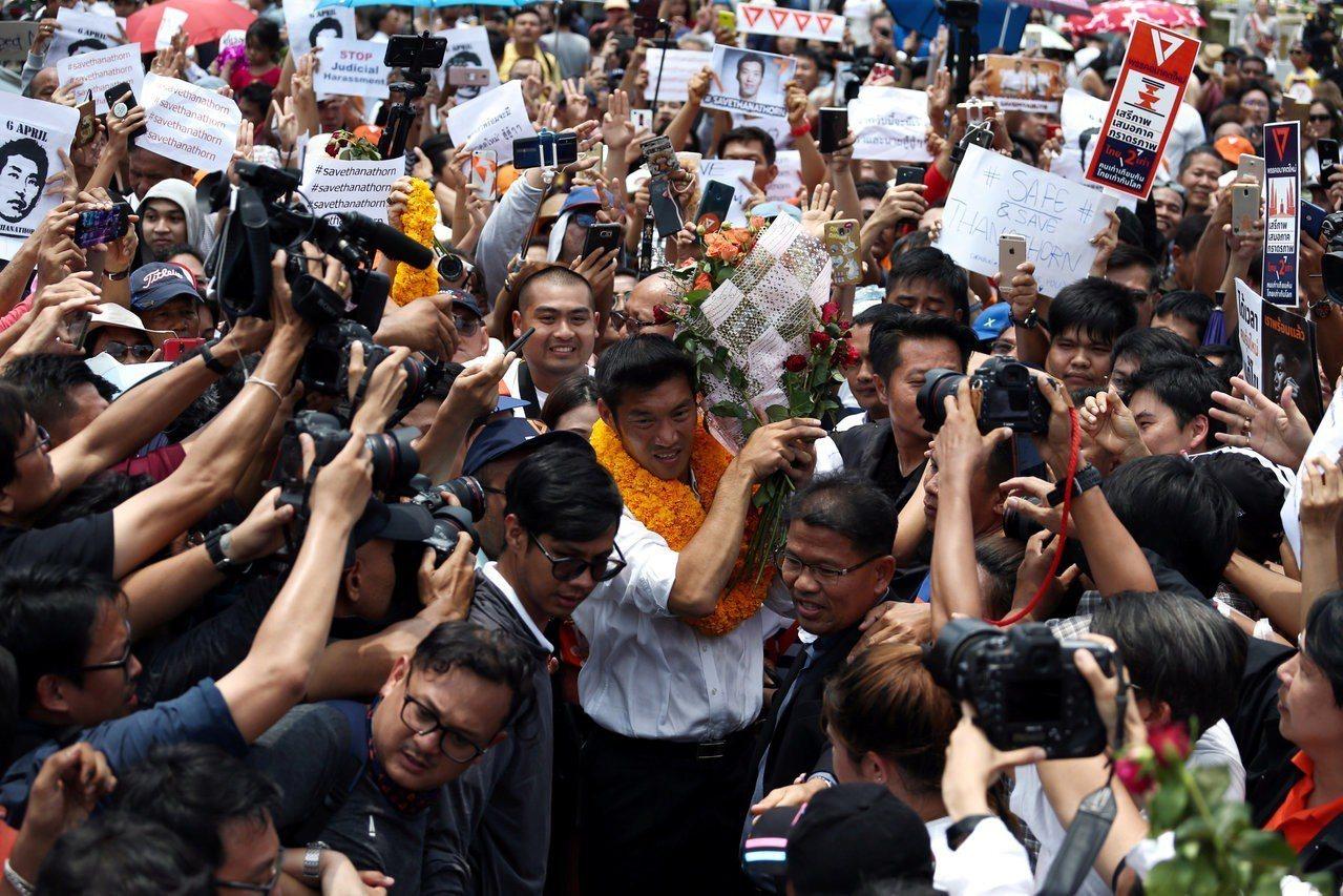 塔納通應訊後,在大批支持者簇擁下離開警局。(路透)
