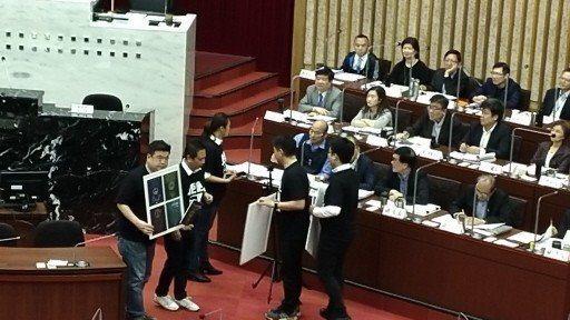 5名民進黨籍高雄市議員本月2日在質詢市長韓國瑜時,送上一封一位媽媽的信,韓國瑜沒...