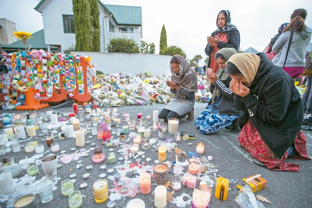 紐西蘭基督城恐攻事件喚起世人對白人至上主義的注意。圖為民眾在事發清真寺附近悼念罹...