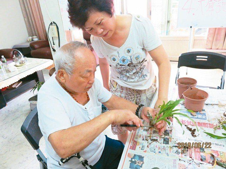 園藝治療課中,勇伯(左)拿著剪刀修剪植物,右為他的弟媳高秋鑾。 圖/桃園長庚失智...