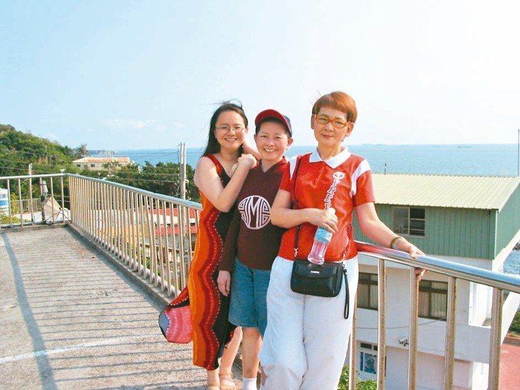 阿姨洪秋灼(右起)接手照顧媽媽,讓孫孟琳終於可以鬆口氣。 圖╱孫孟琳提供