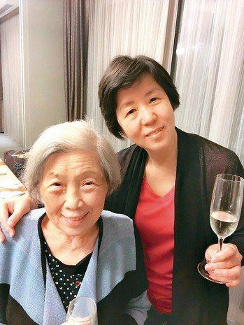 金嘉麗(右)的母親雖是失智患者,卻依然活躍於各種活動。 圖╱金嘉麗提供