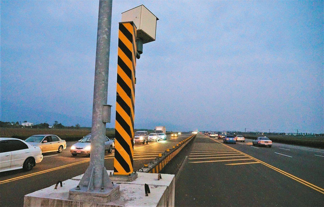 屏東縣警局去年2月在佳冬戰備跑道設置限速70公里的測速照相桿,不到1年就舉發萬餘...