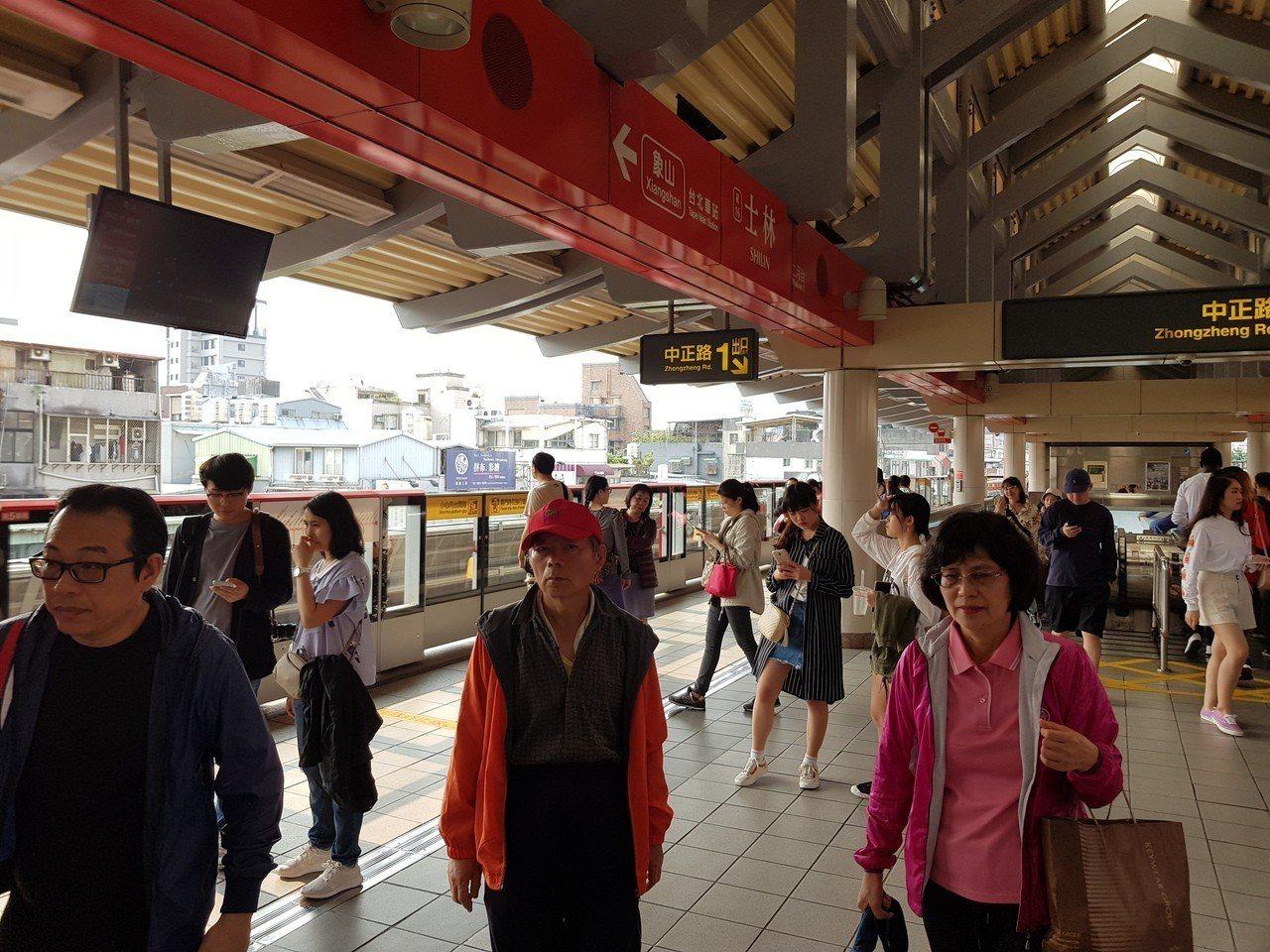 捷運士林站平時就有不少人潮,現在竟有人因為沒位子坐而怒罵孕婦。 本報系資料照/記...