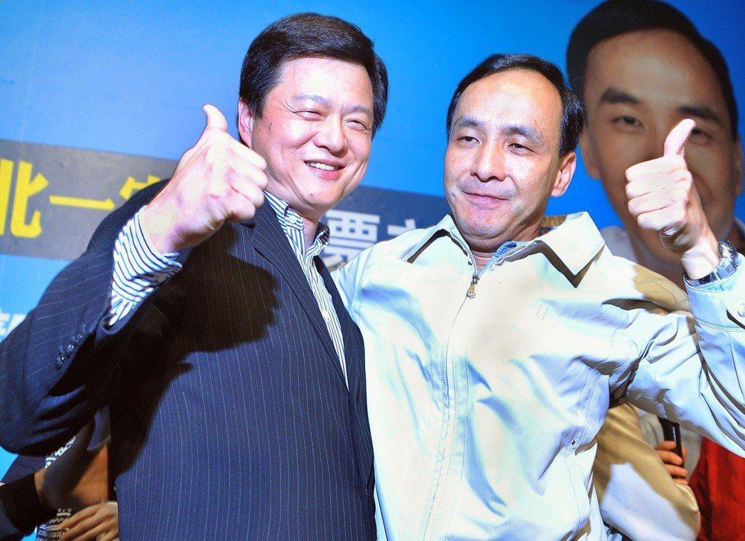 2010年新北市長選舉,國民黨候選人朱立倫(右)勝選,緊緊擁抱周錫瑋,感謝周的支...