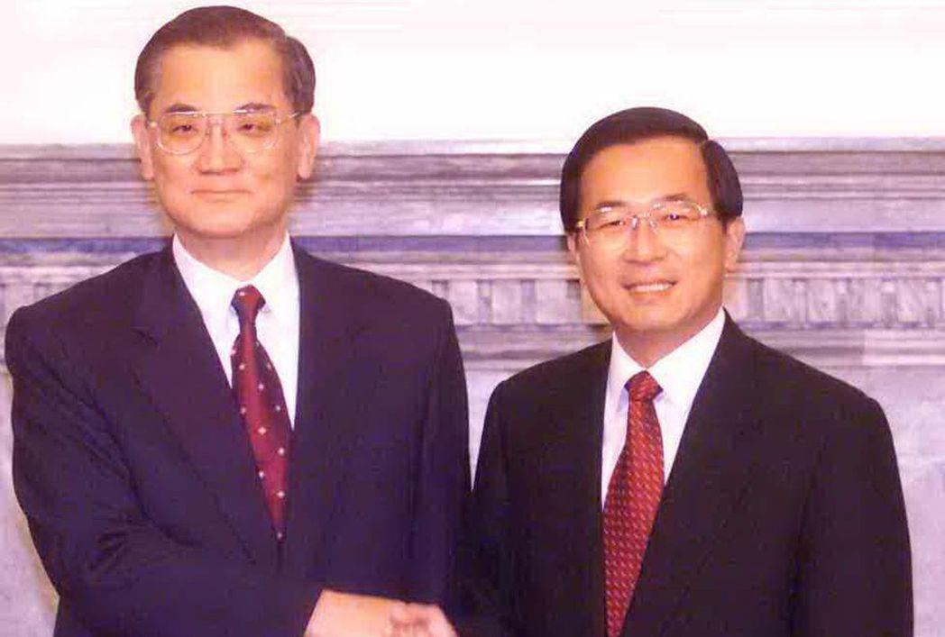 2005年「扁連會」在總統府舉行,陳水扁總統與國民黨主席連戰先禮後兵,握手致意。...