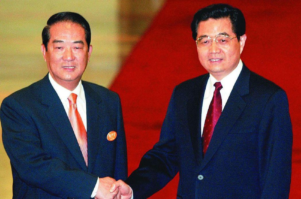 2004年宋胡會,親民黨主席宋楚瑜(左)與中共總書記胡錦濤達成6項共識,共同宣布...