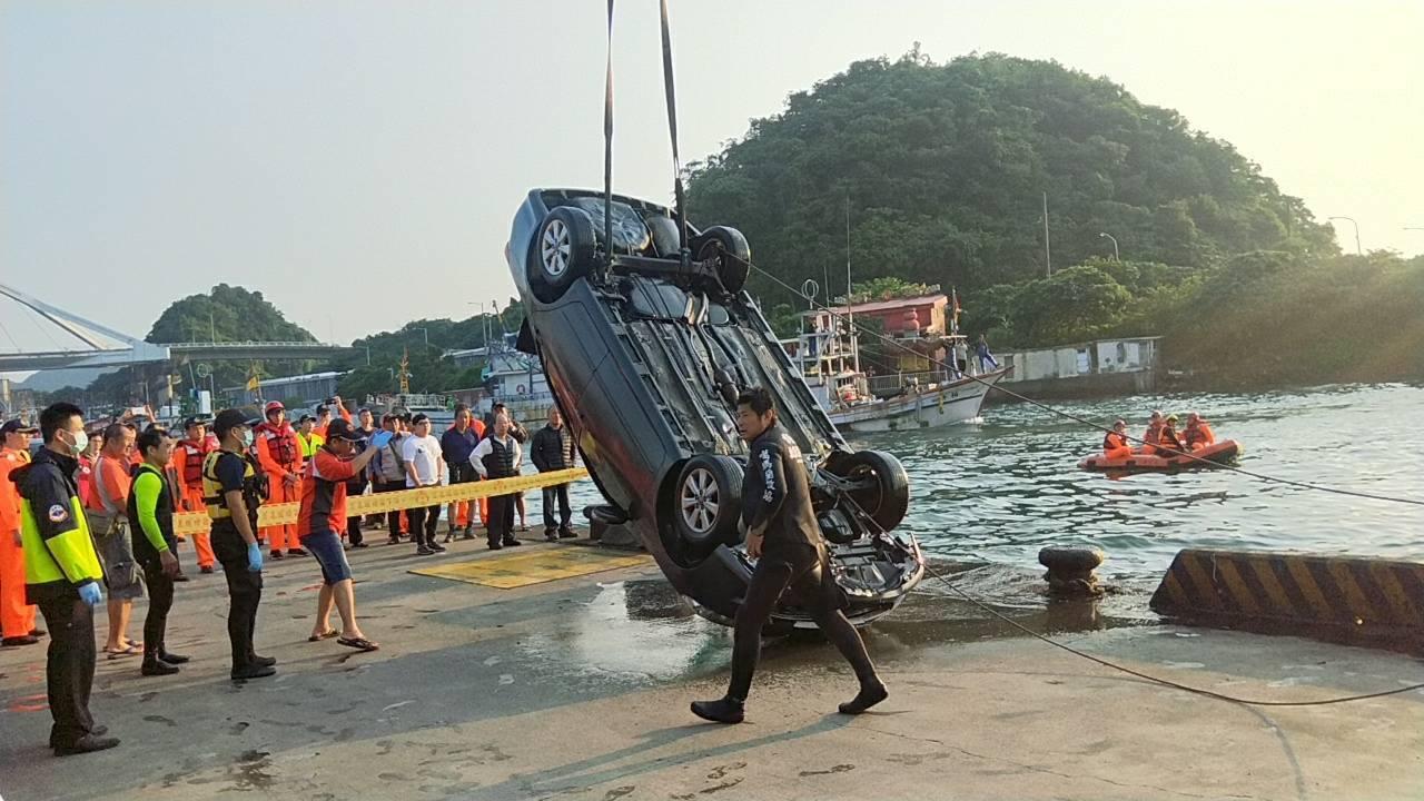 今天凌晨3點,陳男駕駛的黑色轎車衝進港口內,陳男被尋獲已溺斃。 圖/宜蘭縣消防局...